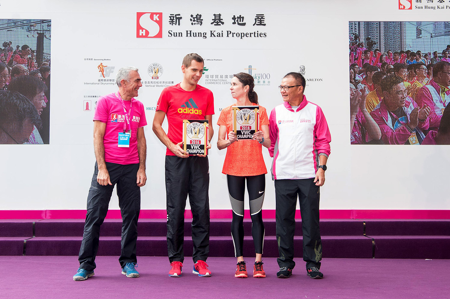 2016 VWC Champions Piotr Lobodzinski and Suzy Walsham, flanked by Marino Giacometti, ISF President and Mike Wong, SHKP Deputy Managing Director. ©Takumi Images